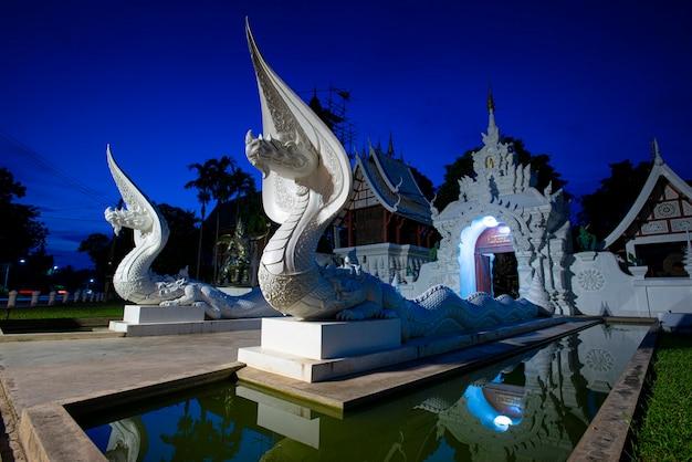 ナーガ像の寺院としても知られる、チェンマイのナムジョ寺院サラフィー内の白いナーガの画像