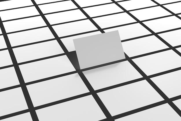 Белые визитки на черной поверхности с одной картой, стоящей в центре