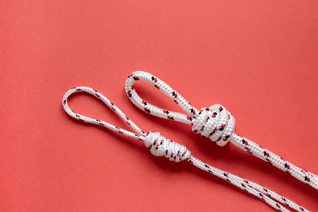 白い航海ロープの結び目