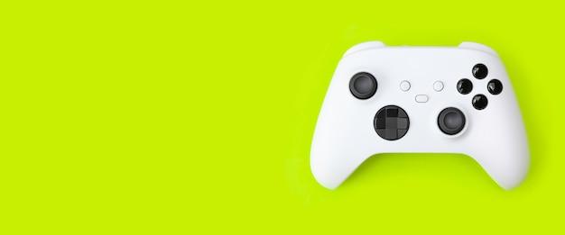 Белый игровой контроллер next gen изолирован на зеленом
