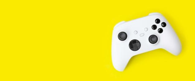 Белый игровой контроллер next gen изолирован на желтом