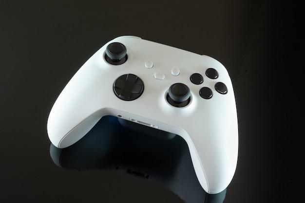 Белый игровой контроллер следующего поколения