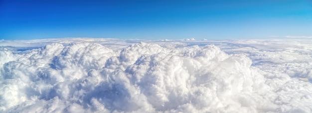 낮 동안 흰 후광 구름