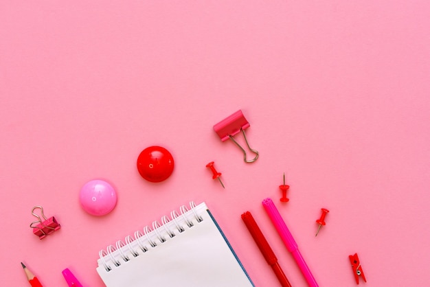 Белая тетрадь лежит в виде бланка на розовом фоне с красной ручкой с фломастерами школьные принадлежности ...