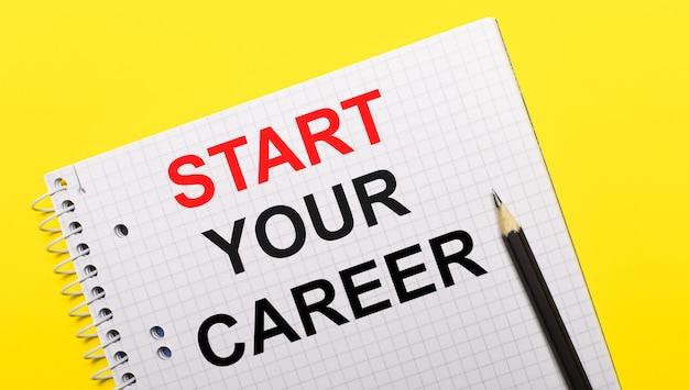 Белый блокнот с надписью начните вашу карьеру, написанную черным карандашом на ярко-желтом фоне.