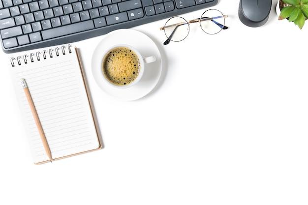 Стол белый офисный стол, пустой ноутбук с ноутбуком и черный кофе. вид сверху с копией пространства, плоской планировкой и копией пространства