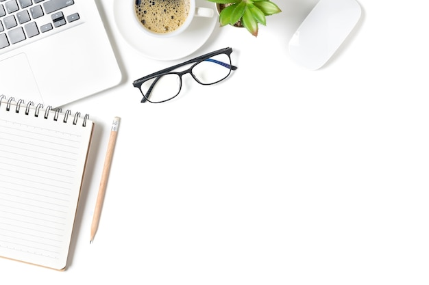 Стол белый офисный стол, пустой ноутбук с ноутбуком и горячим кофе. вид сверху с копией пространства, плоской планировкой и копией пространства