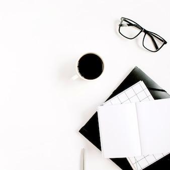 白い表面に空白のノートブック、コーヒー、メガネと白いオフィスデスク