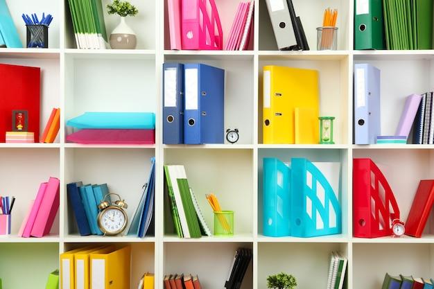 さまざまな文房具の白いオフィスの棚、クローズアップ