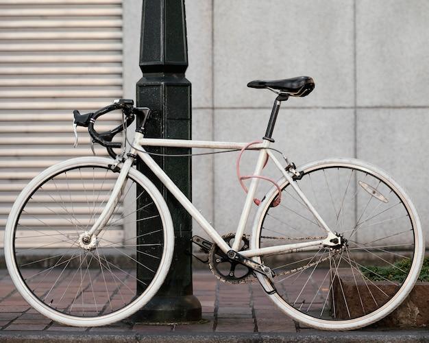 Белый старый велосипед с черными деталями