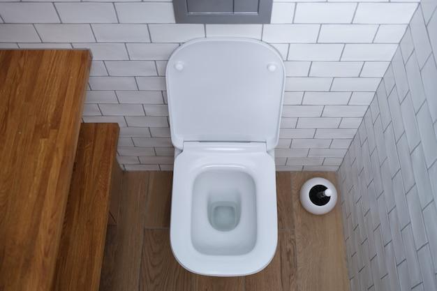 トイレの配管のバスルームの選択で白いオープンセラミックトイレ