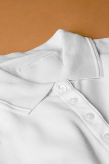 의류 태그 클로즈업과 흰색 옷