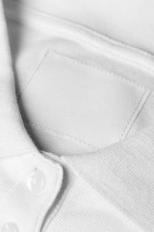의류 태그가있는 흰색 복장