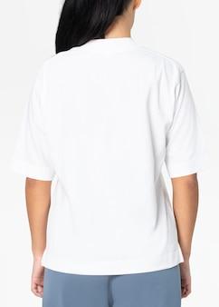 デザインスペースの女性のカジュアルなアパレルの背面図と白い特大のtシャツ 無料写真