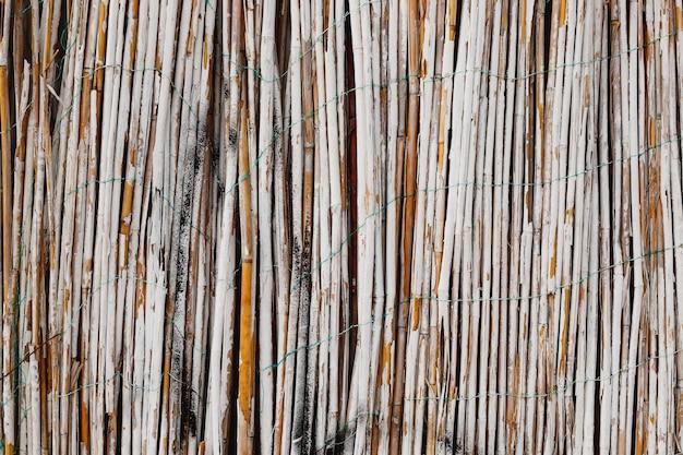 흰색 페인트 대나무 울타리. 대나무 질감의 클로즈업입니다. 천연 재료로 만든 나무 배경입니다.
