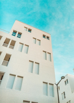 흰색 페인트 건물과 푸른 하늘