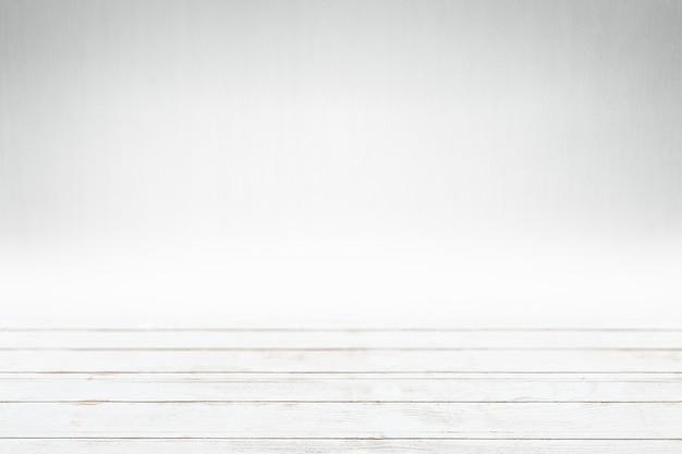 Деревянное изделие, окрашенное в белый цвет