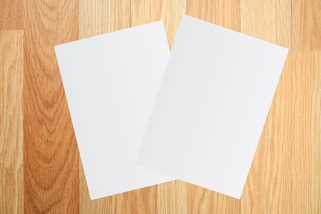 白い紙と茶色の木の背景にテキストのためのスペース