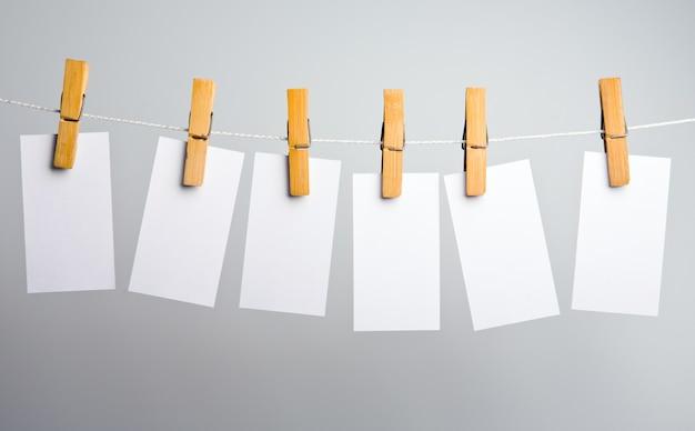 Белые бумажные заготовки на веревке прикрепляем прищепкой