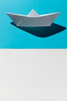 Barca del libro bianco su fondo blu
