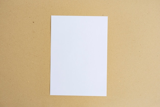 Коричневый цвет белой бумаги на предпосылке бумаги коричневого цвета. минималистский стиль