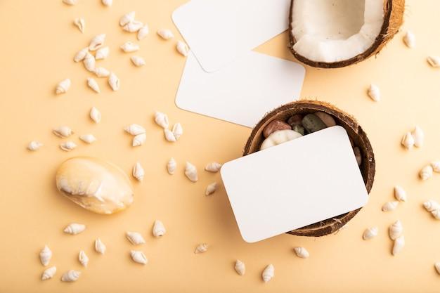 오렌지 파스텔 배경에 코코넛과 조개가 있는 백서 명함. 평면도, 평면도