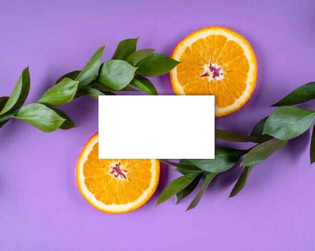 백서 카드 노트 밝은 꽃 잎과 오렌지 과일 구성 모형 인사말 카드 복사