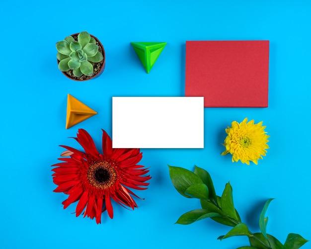 백서 카드 참고 밝은 꽃 구성 기하학적 모형 인사말 카드 복사 공간 파란색