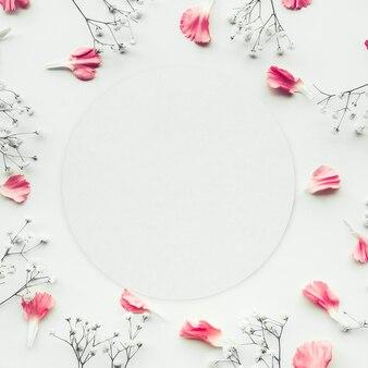 白、フラットレイに花びらの花とホワイトペーパーカード