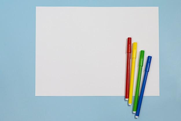 Белая бумага, покрытая множеством разноцветных фломастеров