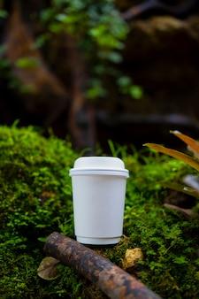 Белый бумажный стаканчик кофе на красивой природе
