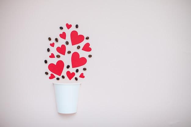 真っ赤なハートとコーヒー豆の白い紙使い捨てカップ