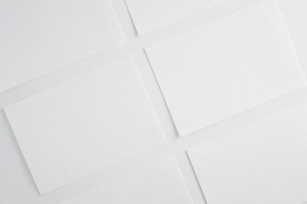 Белая бумага пустые листы карты на белом фоне.