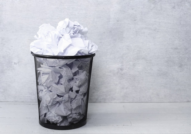 Белая бумага в мусорном ведре