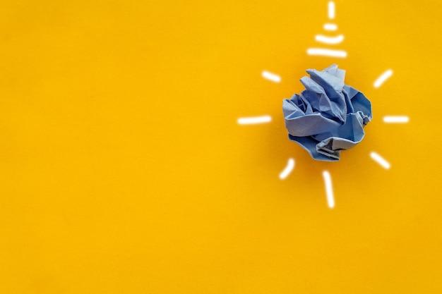 ホワイトペーパー電球黄色の背景企業の社会的責任責任あるビジネスec