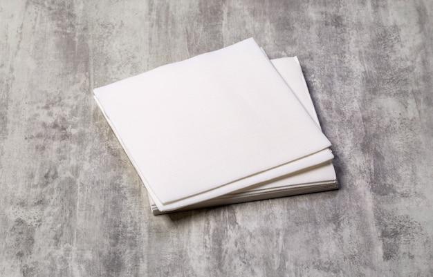 古い木製のテーブルに白い紙ナプキン