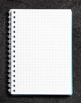 ノートの白い紙
