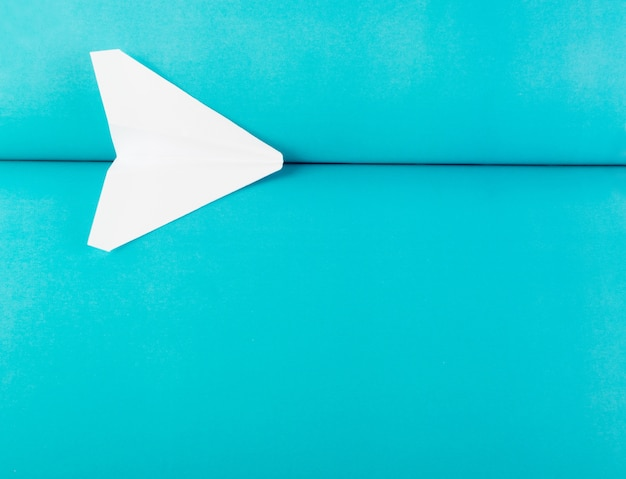 파란색 배경에 흰색 종이 비행기 종이 접기