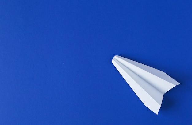 ホワイトペーパー飛行機