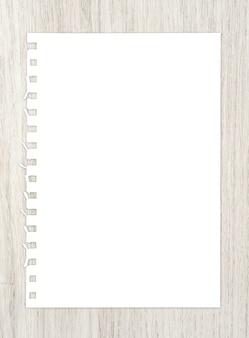 Лист белой бумаги на древесине для предпосылки.