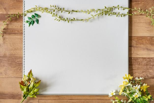 Лист белой бумаги в окружении зеленых