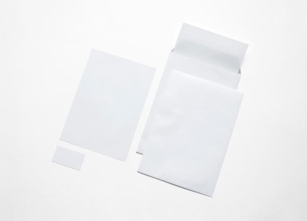 Cancelleria del libro bianco isolata su bianco. illustrazione con buste vuote, carta intestata e biglietti per mostrare la tua presentazione.