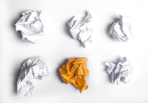 Libro bianco sul tavolo