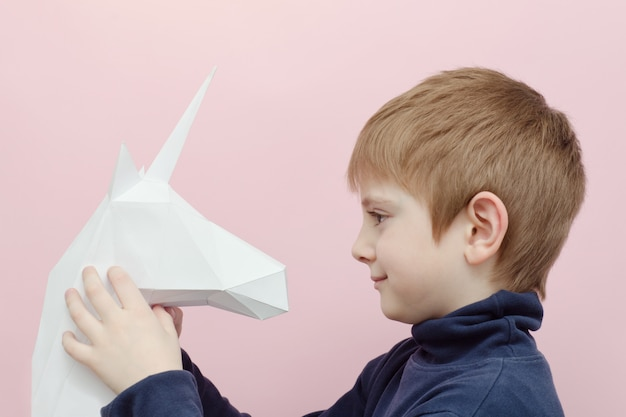 Белый бумажный единорог и маленький мальчик