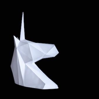 Белый бумажный единорог на черном