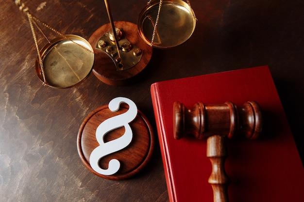Белый символ абзаца и молоток в зале суда.