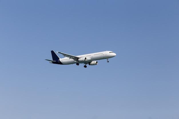 空を飛んでいる白い旅客機