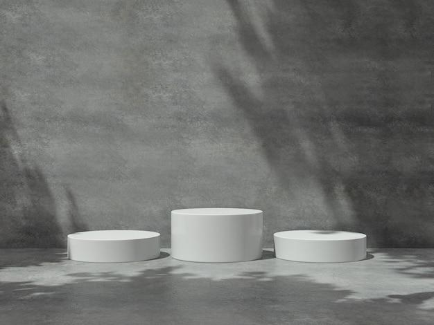Белые пьедесталы для демонстрации продукции в бетонной комнате.