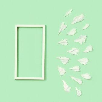 모란 꽃의 흰색 꽃잎과 텍스트용 흰색 사각형 프레임