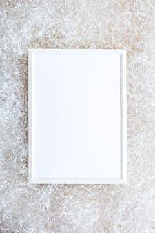Белая фоторамка на светлой стене